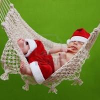 16522723-sommeil-de-bebe-dans-un-hamac-avec-le-pere-noel-costume